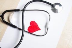 Corazón rojo y un estetoscopio Imagen de archivo