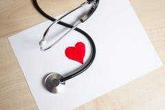 Corazón rojo y un estetoscopio Imagen de archivo libre de regalías