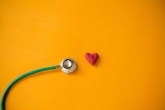 Corazón rojo y un estetoscopio Fotografía de archivo