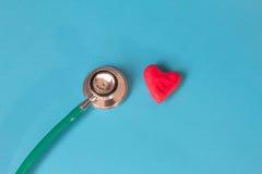 Corazón rojo y un estetoscopio Imagenes de archivo