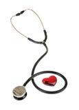 Corazón rojo y un estetoscopio, aislado en el fondo blanco Foto de archivo