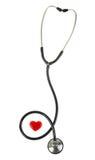 Corazón rojo y un estetoscopio, aislado en el fondo blanco Fotografía de archivo libre de regalías