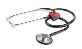 Corazón rojo y un estetoscopio, aislado en el fondo blanco con la trayectoria de recortes Fotografía de archivo libre de regalías