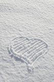 Corazón romántico de las tarjetas del día de San Valentín dibujado en el amor de la nieve Imágenes de archivo libres de regalías