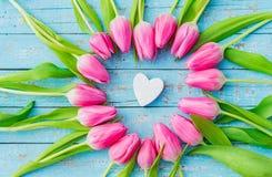 Corazón romántico del amor enmarcado con las flores rosadas hermosas para el día de madres, el cumpleaños o el día de tarjetas de imagenes de archivo