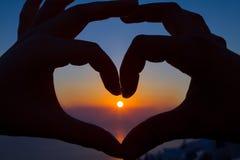 Corazón romántico en la puesta del sol Imagen de archivo libre de regalías
