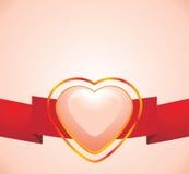 Corazón rosado brillante en la cinta roja Imagenes de archivo