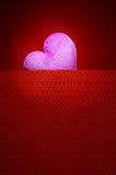 Corazón rosado con el espacio en blanco del fondo rojo por un día de tarjeta del día de San Valentín Fotos de archivo