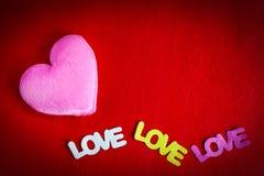 Corazón rosado con el espacio en blanco del fondo rojo por un día de tarjeta del día de San Valentín Imágenes de archivo libres de regalías