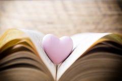 Corazón rosado del libro Tarjetas de felicitación Imágenes de archivo libres de regalías