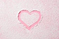 Corazón rosado en azúcar de polvo fotos de archivo libres de regalías