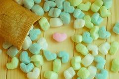 Corazón rosado en el medio de otros corazones del saco Imagen de archivo libre de regalías