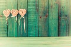 Corazón rosado en fondo de madera Fotos de archivo