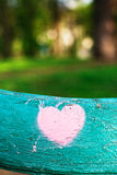 corazón rosado en una superficie de madera Imagen de archivo libre de regalías