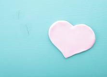 Corazón rosado en una textura de madera Foto de archivo
