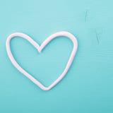 Corazón rosado en una textura de madera Imagen de archivo libre de regalías
