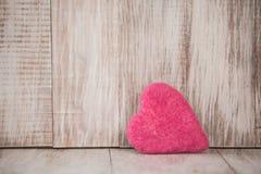Corazón rosado lindo del día de tarjetas del día de San Valentín en fondo de madera del vintage fotos de archivo