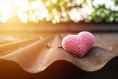 Corazón rosado que hace punto en el tejado Imágenes de archivo libres de regalías