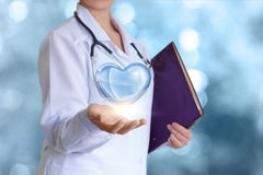 Corazón sano en la mano del doctor Imagen de archivo libre de regalías