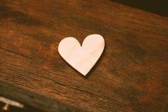 Corazón simbólico en la tabla Imágenes de archivo libres de regalías
