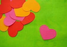 Corazón simple del amor cerca de la unión de los corazones imagen de archivo
