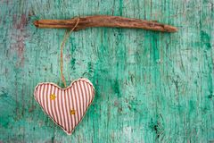 Corazón suave del juguete en una pared del vintage imagen de archivo