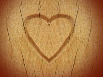 Corazón tallado en la madera foto de archivo