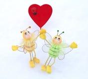 Corazón - tarjeta del día de San Valentín y mariposa en la nieve Fotos de archivo