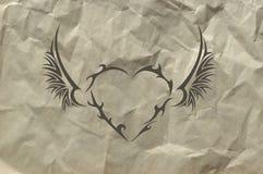 Corazón tribal en fondo de papel machacado Fotos de archivo libres de regalías
