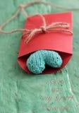 Corazón verde de la tarjeta del día de San Valentín en sobre rojo Foto de archivo libre de regalías