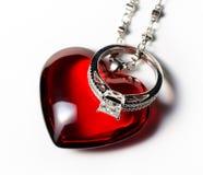 Corazón y anillo de compromiso rojos Fotografía de archivo