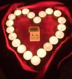 Corazón y anillos de bodas fotografía de archivo