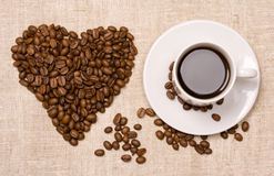Corazón y café fotos de archivo