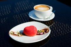 Corazón y café del chocolate del postre imagen de archivo