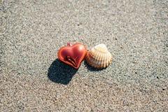 Corazón y concha marina rojos de la Navidad Foto de archivo