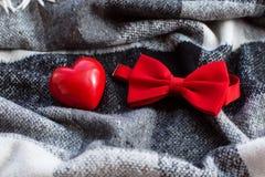 Corazón y corbata de lazo rojos Imagen de archivo libre de regalías
