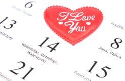 Corazón y 14 de febrero rojos en calendario Fotografía de archivo