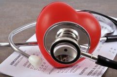 Corazón y estetoscopio plásticos en cierre para arriba foto de archivo libre de regalías