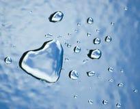 Corazón y gotas del agua Imagenes de archivo