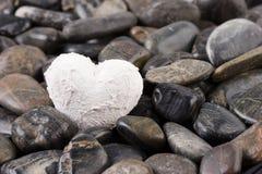 Corazón y grava blancos Imagen de archivo
