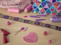 Corazón y herramientas de costura en el backround Foto de archivo libre de regalías