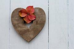 Corazón y hyrangea de madera simples Fotografía de archivo