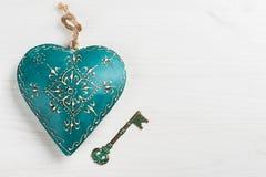 Corazón y llave azulverdes Foto de archivo libre de regalías