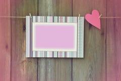 Corazón y marco en el fondo de madera Tono romántico Imagen de archivo