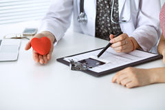 Corazón y paciente del doctor Médico que discute el examen de la salud con la madre futura Medicina, atención sanitaria y embaraz Imágenes de archivo libres de regalías