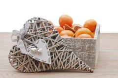Corazón y pan de jengibre decorativos con la mandarina fotografía de archivo libre de regalías