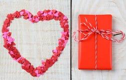 Corazón y presente en la madera Imagen de archivo