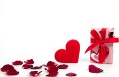 Corazón y regalo Fotos de archivo