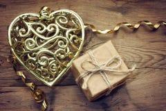 Corazón y regalo de oro del cordón del día de tarjetas del día de San Valentín Imagenes de archivo