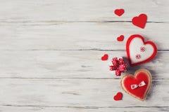 Corazón y regalo rojos de Handmaded en Grey Background Valentines Theme foto de archivo